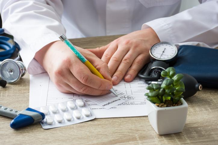 Lekarz wypisuje receptę