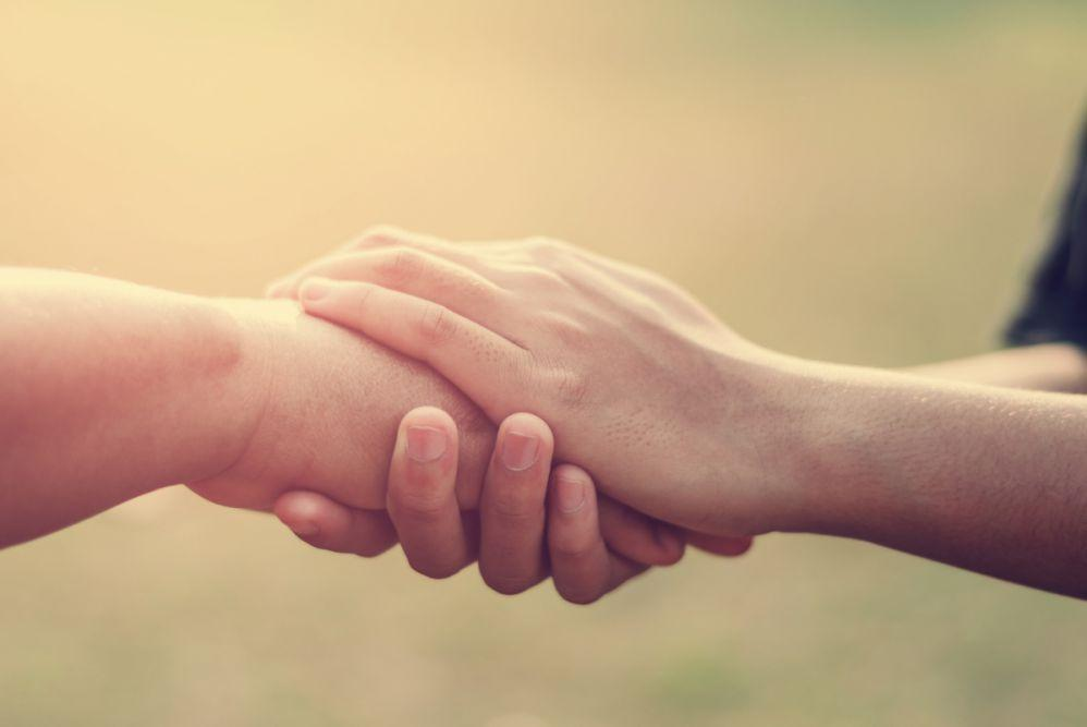 Ludize trzymającysię zaręce