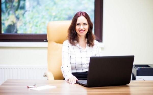 pani-z-laptopem-Neuro-care diagnostyka leczenie rehabilitacja