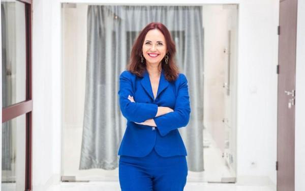 usmiechnieta-pani-w-niebieskim-stroju-Neuro-care diagnostyka leczenie rehabilitacja